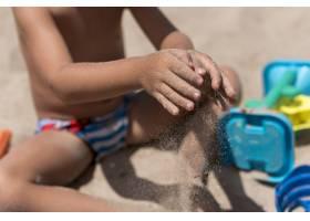 孩子们倒沙子的中等镜头_4937587