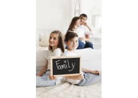 带家庭文字的兄弟姐妹手持石板背后的浪漫情_5116565