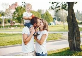 带着儿子的一家人在夏季公园玩耍_4184924