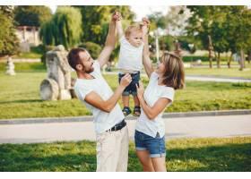 带着儿子的一家人在夏季公园玩耍_4185016
