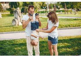 带着儿子的一家人在夏季公园玩耍_4185023