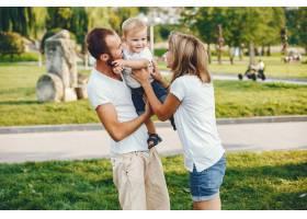 带着儿子的一家人在夏季公园玩耍_4185035