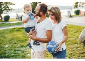 带着儿子的一家人在夏季公园玩耍_4185036