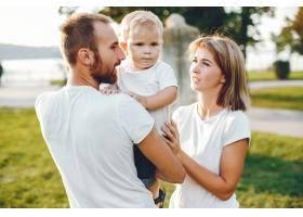 带着儿子的一家人在夏季公园玩耍_4185051