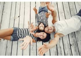 带着女儿在沙滩上玩耍的一家人_4381560