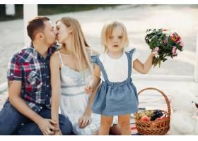 带着女儿在沙滩上玩耍的一家人_4381821