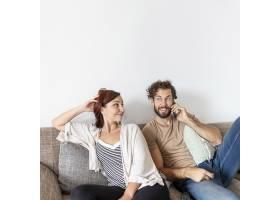 坐在沙发上放松的一对可爱的夫妇_5179634