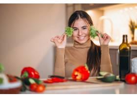 女人在厨房做饭_3962541