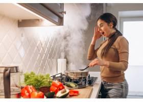 女人在厨房做饭_3962548