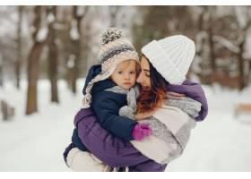 冬日公园里的母女俩_4062769
