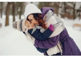 冬日公园里的母女俩_4062770