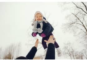 冬日公园里的父女俩_4062764
