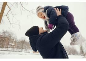 冬日公园里的父女俩_4062765