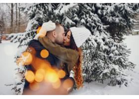 冬日公园里的美女和她的丈夫_4062775