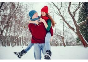 可爱的一对情侣在冬季公园里玩得很开心_4062723