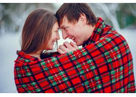 可爱的一对情侣在冬季公园里玩得很开心_4062724
