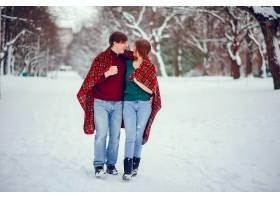 可爱的一对情侣在冬季公园里玩得很开心_4062725