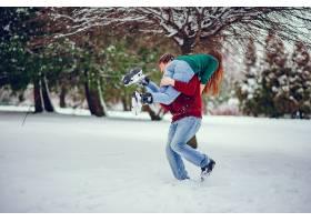 可爱的一对情侣在冬季公园里玩得很开心_4062726