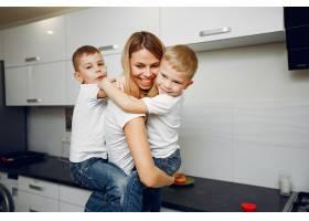 可爱的母亲带着年幼的儿子在房间里_4587383