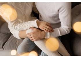 一对迷人的年轻夫妇穿着舒适的白色家装在一_3987010