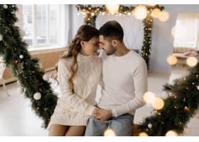 一对迷人的年轻夫妇穿着舒适的白色家装在一_3987015