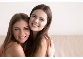 两个幸福的女人拥抱在一起看着镜头_3938761