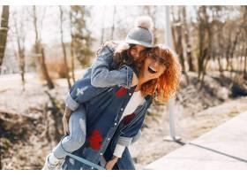 优雅的母亲带着女儿在夏季公园里_4578583