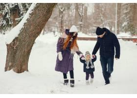 冬天公园里的小女孩和父母在一起_4062762