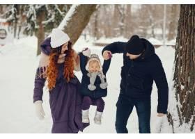 冬天公园里的小女孩和父母在一起_4062763