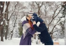 冬天公园里的小女孩和父母在一起_4062766