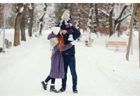 冬天公园里的小女孩和父母在一起_4062768