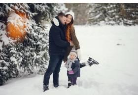 冬天公园里的小女孩和父母在一起_4062776