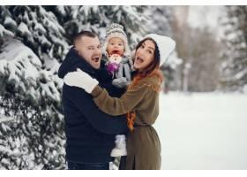 冬天公园里的小女孩和父母在一起_4062777
