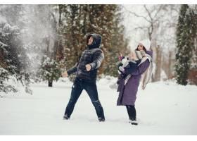 冬天公园里的小女孩和父母在一起_4062780