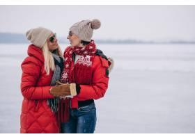 冬天母女俩一起在公园散步_3964187