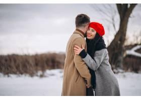 冬日公园里的一对年轻夫妇_3962662