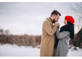 冬日公园里的一对年轻夫妇_3962663
