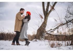 冬日公园里的一对年轻夫妇_3962664