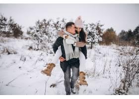 冬日公园里的年轻情侣_3962738