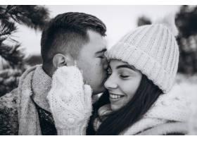 冬日公园里的年轻情侣_3962741