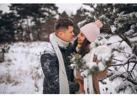冬日公园里的年轻情侣_3962742