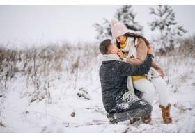 冬日公园里的年轻情侣_3962746
