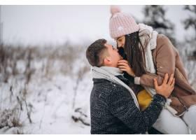冬日公园里的年轻情侣_3962747