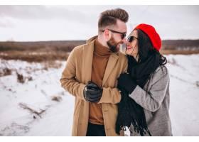 冬日公园里的年轻情侣写真_3964084