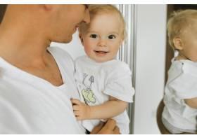 一个小孩子在他父亲的手中欢呼雀跃_4563923