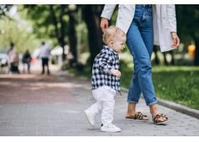一位妇女和她的儿子在公园里玩耍_5159113