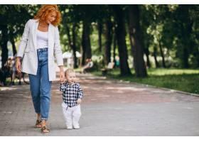 一位妇女和她的儿子在公园里玩耍_5159115