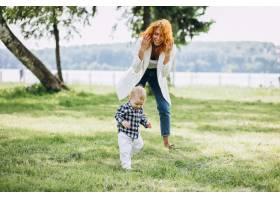 一位妇女和她的儿子在公园里玩耍_5159129