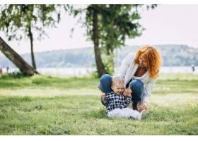 一位妇女和她的儿子在公园里玩耍_5159131