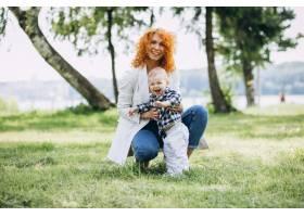 一位妇女和她的儿子在公园里玩耍_5159132